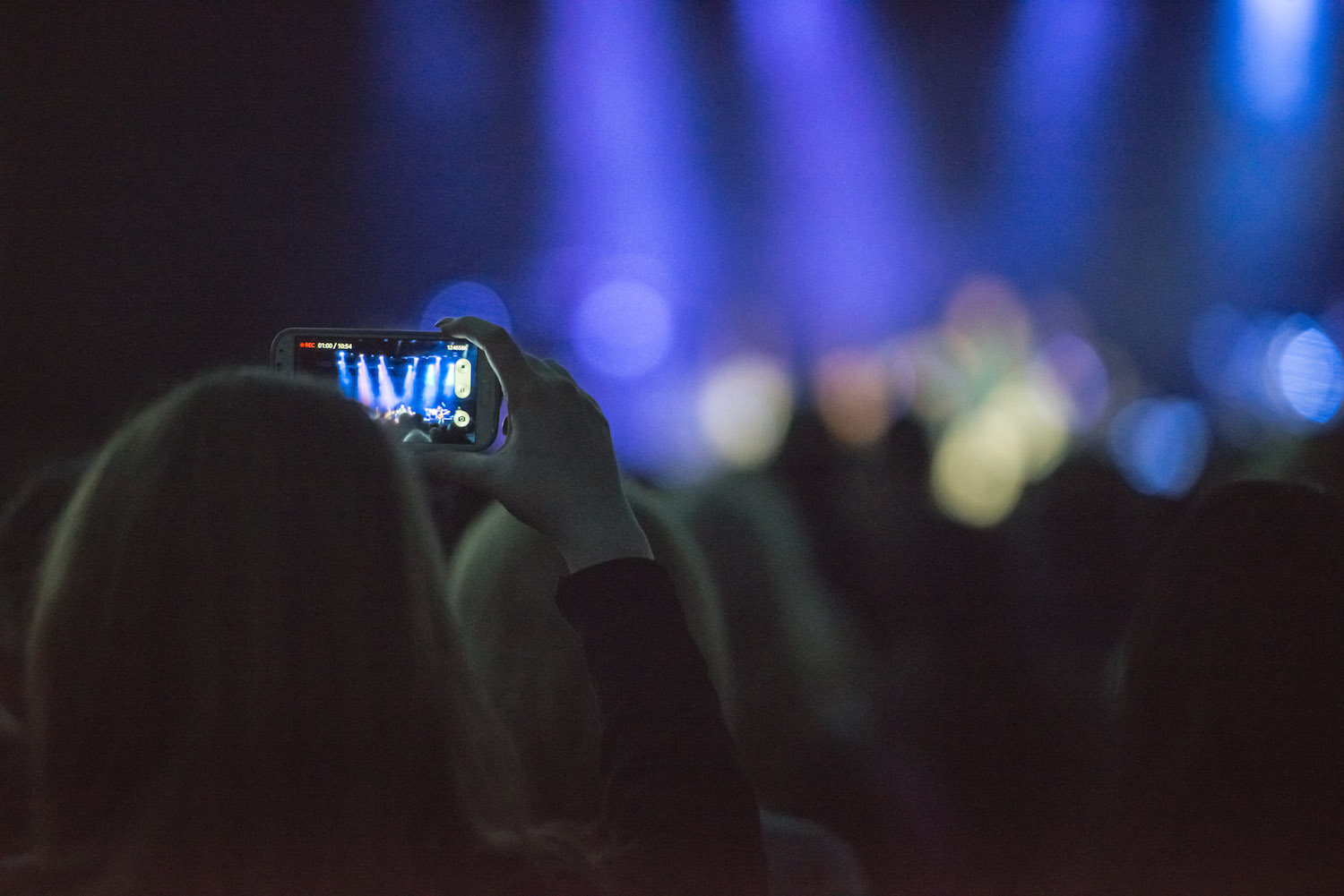 girl-filming-live-concert-on-smartphone